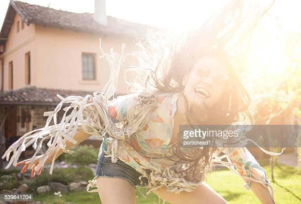 Glücklich boho-Frau Spaß haben auf Hinterhof