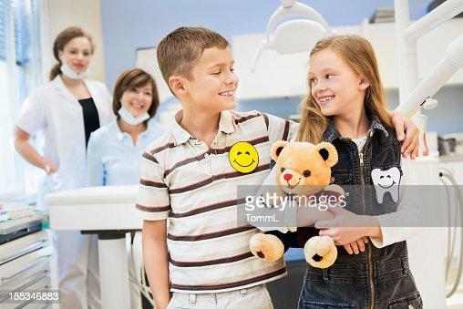 Feliz Menino e Menina no Dentista : Foto de stock