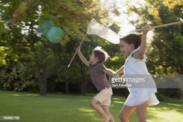 ハッピーな少年、女の子の手を手に走る