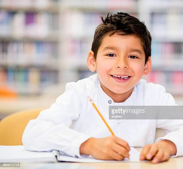 Glückliche junge in der Schule