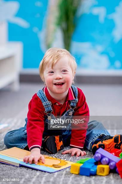 Niño feliz en cuidados diurnos para