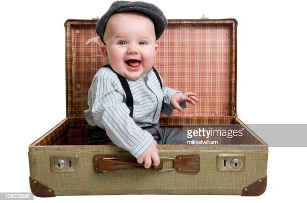 Glückliche junge mit großen Lächeln sitzt in einem retro-Koffer
