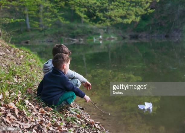 Heureux garçon jouant dans la rivière.