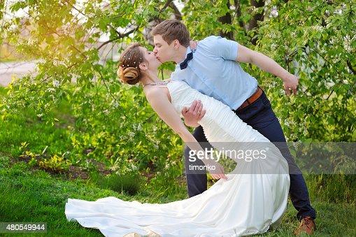 Feliz noiva e Noivo Beijar no casamento no parque : Foto de stock