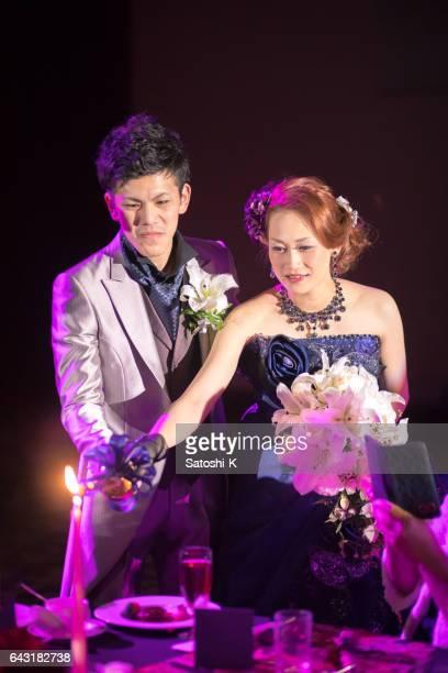 幸せな花嫁と新郎の結婚披露宴でキャンドル サービスを発表
