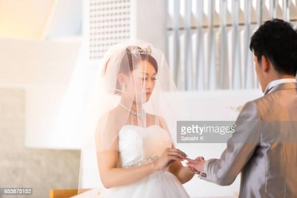 幸せな花嫁の新郎に結婚指輪を与えること