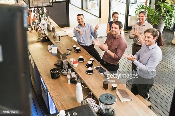 ハッピー実業家コーヒーカウンターに拍手喝采
