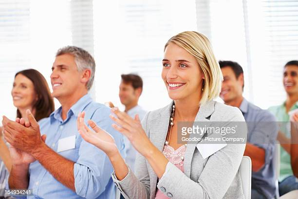 Heureux affaires équipe applaudir lors d'un séminaire
