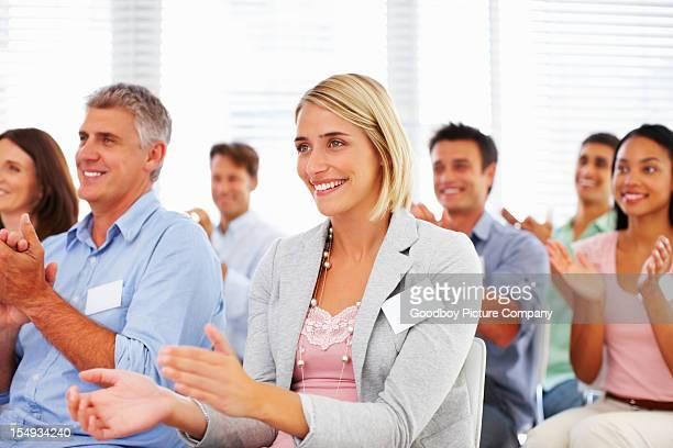 Happy business team Klatschen im seminar