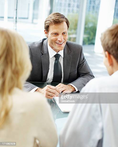 Glücklich Geschäftsmann Gespräch mit seinen Mitarbeitern