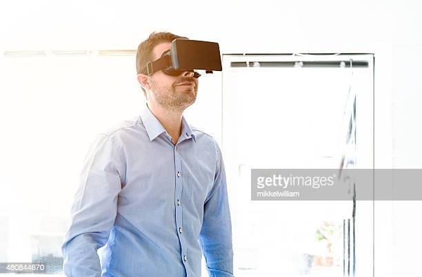 Heureux Homme d'affaires montre le contenu sur un affichage de réalité virtuelle