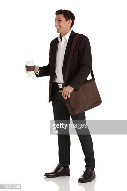 ハッピーなビジネスマンにコーヒー