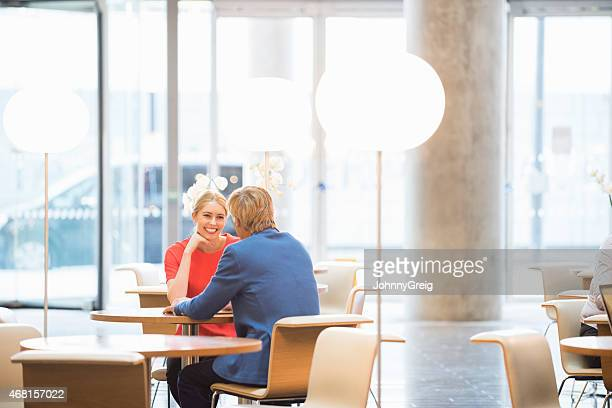 Zufrieden Geschäftsfrau, die mit Kollegen im Büro