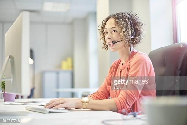 Zufrieden Geschäftsfrau am Telefon