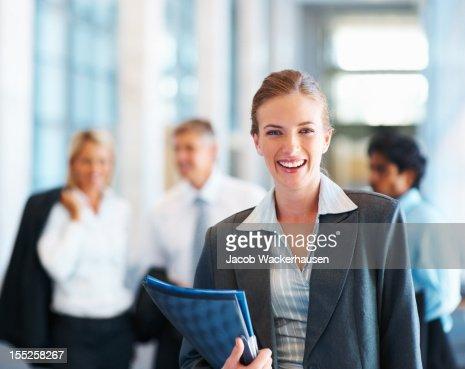ハッピーアワーは、お仕事仲間とのビジネスウーマンの背景