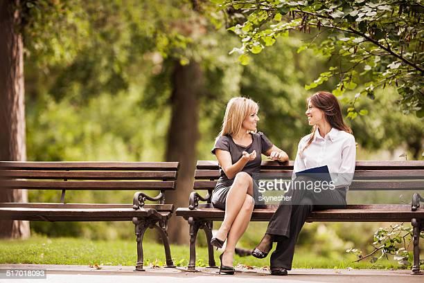 Femmes heureux communiquer.