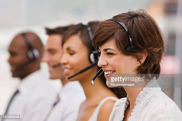 Happy call-center-Mitarbeiter mit headset