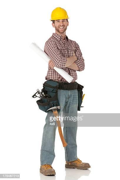 Happy carpenter stehend mit Arme verschränkt