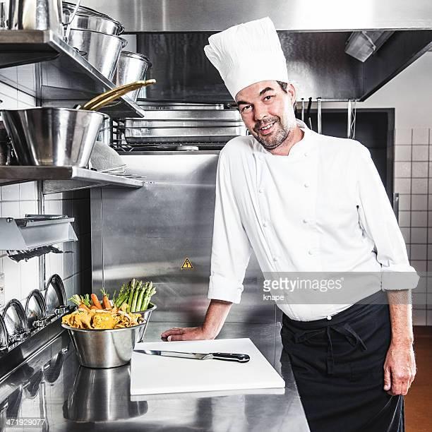 Happy chef in Gewerbliche Küche