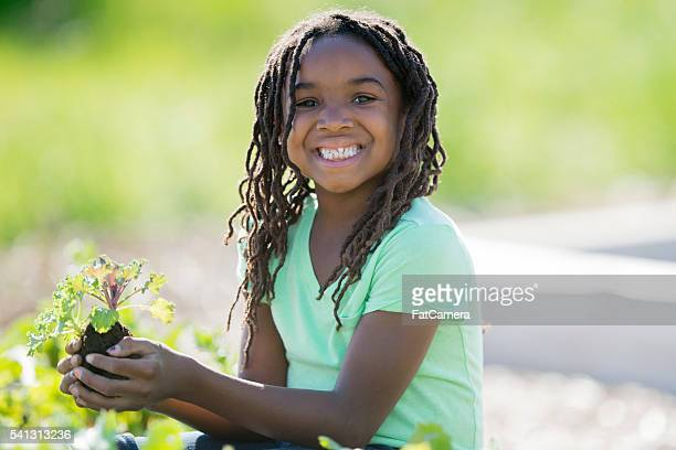 Feliz criança plantar um jardim