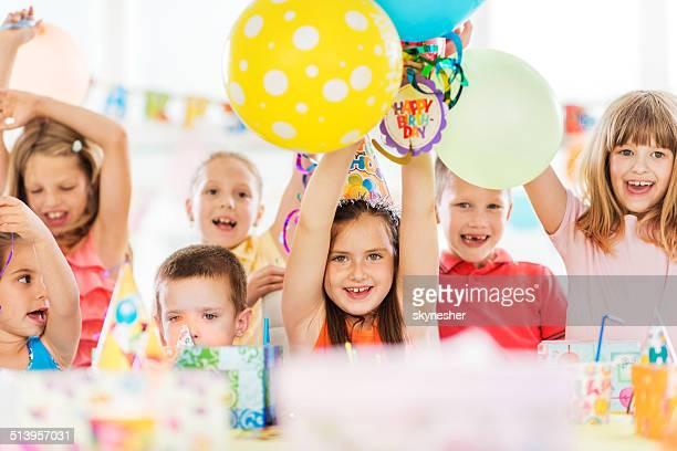 Heureux enfants célébrant anniversaire.