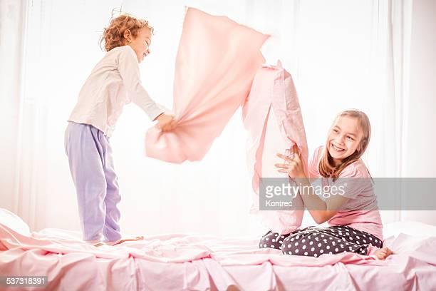 Niños felices en una lucha con almohada