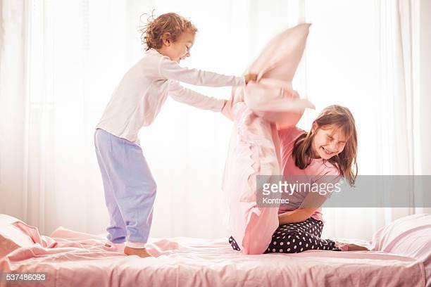 Glückliche Kinder in einer Kissenschlacht