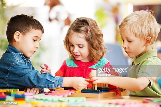 Felizes crianças brincando em conjunto