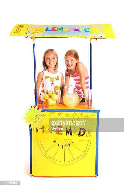 Glückliche Kinder, erfolgreiche Business Unternehmer Mädchen Limonadenstand, Weißer Hintergrund