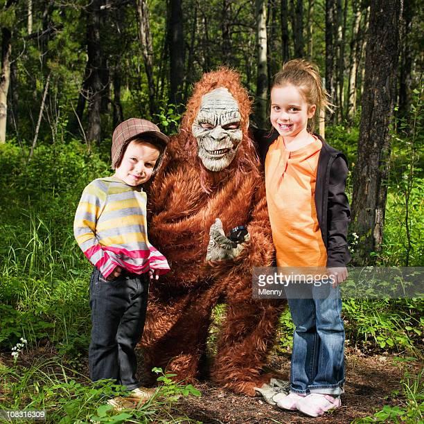 Heureux enfants avec du Yéti dans les bois