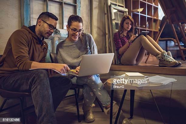 Glücklich college-Freunde auf der Suche nach etwas Internet.