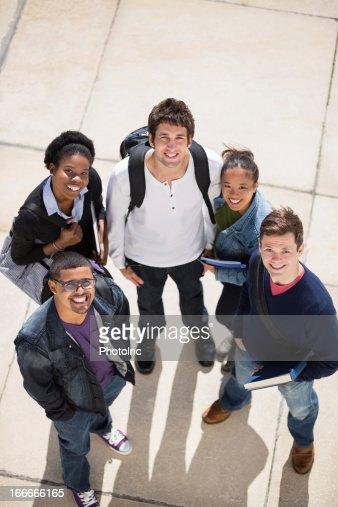 幸せな学生の大学のキャンパス