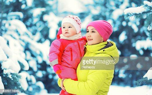 Feliz colorido madre y niño divirtiéndose en nívea día : Foto de stock