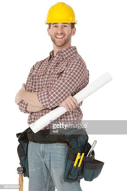 Glückliche Bauarbeiter holding eine Technische Zeichnung