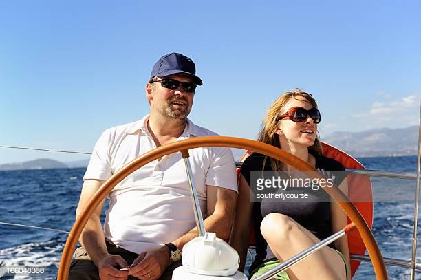 Couple heureux faire une croisière à bord d'un bateau à voile sur la Côte d'Azur