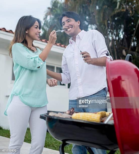 Feliz pareja en una barbacoa