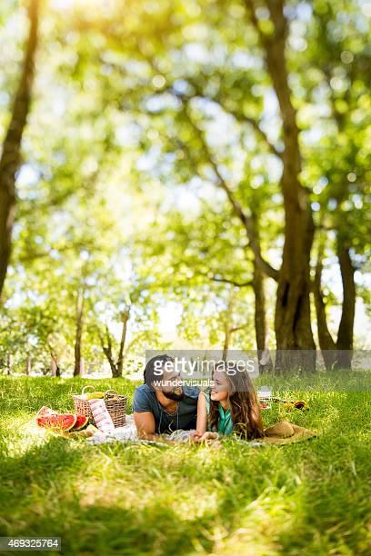 Glückliches Paar in einem Sommer-Picknick in einen sonnigen park