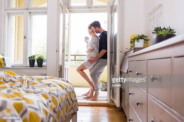 Glückliches Paar zu Hause in den Tag