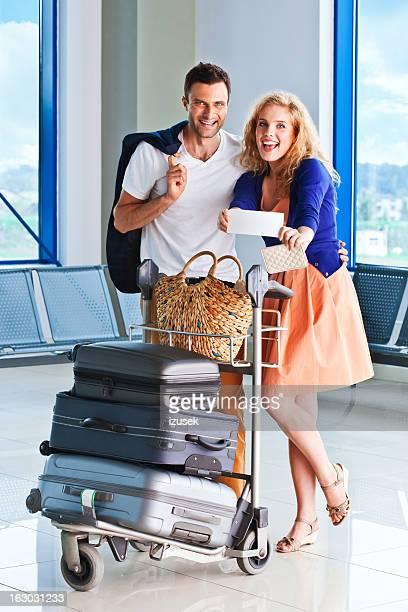 Feliz pareja en el aeropuerto