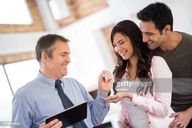 couple heureux acheter une maison