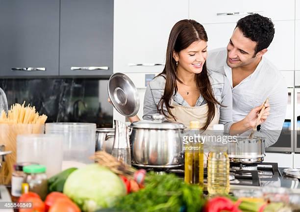 Glückliche Paar kochen zusammen
