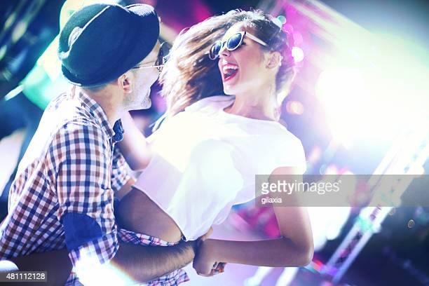 Glückliches Paar tanzen.