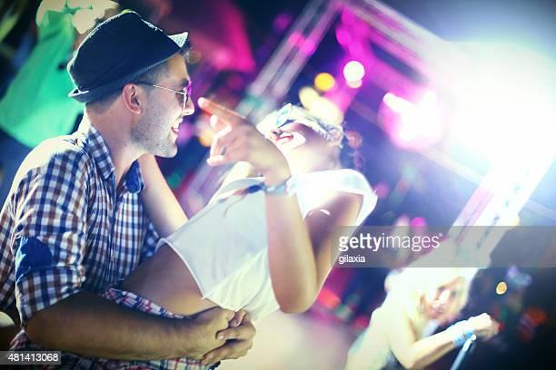 Heureux couple danse.