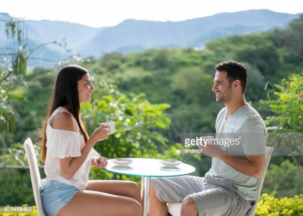 Boire une tasse de café dans un hôtel de l'heureux couple