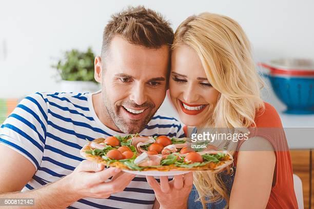 Heureux couple appréciant pizza