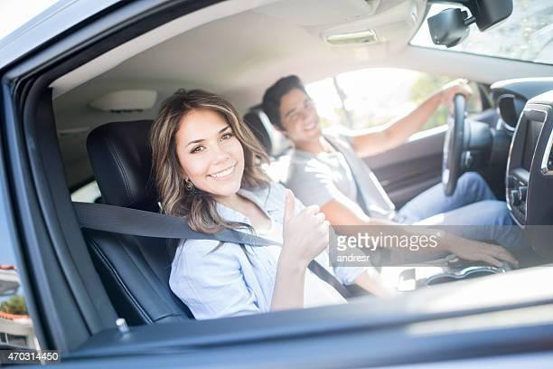 Glückliches Paar auf einer Straße Reise