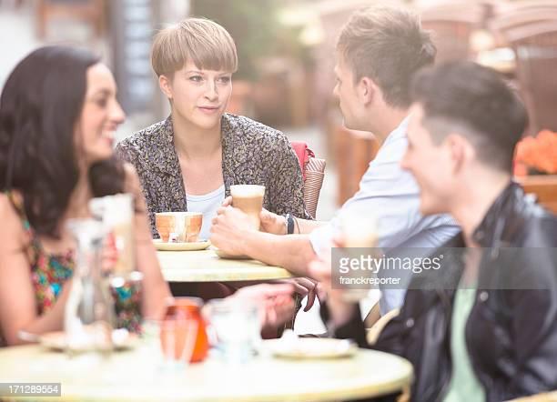 Coppia felice avendo colazione al bar