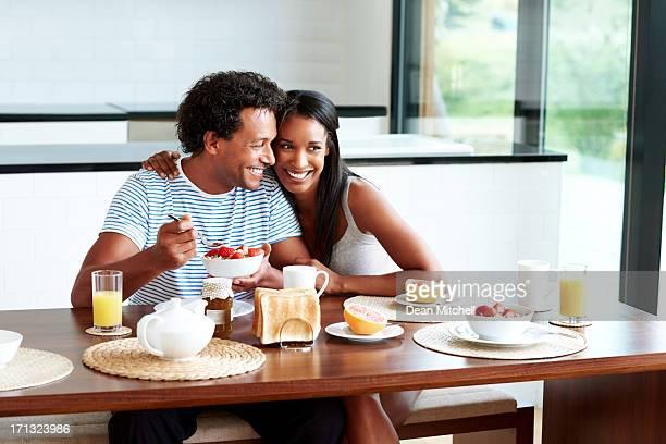 Heureux couple prenant le petit déjeuner à la maison