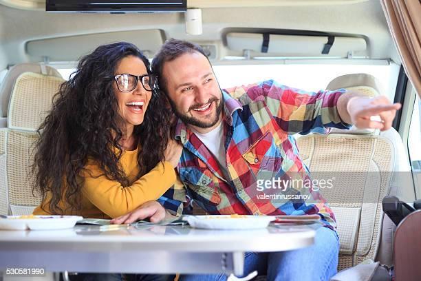 Glückliches Paar Spaß haben innerhalb Wohnwagen
