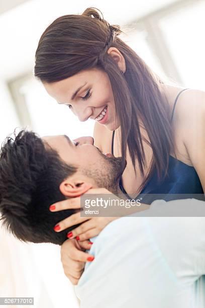 Heureux Couple s'amusant ensemble